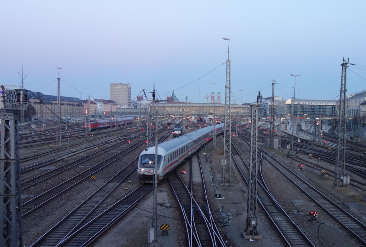 Zugverkehr und viele roteLichter